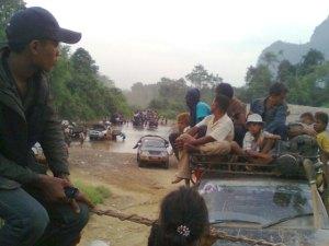 သုံးဆူ - သံဖြူဇရပ်လမ်းတွင် ပြေးဆွဲနေသည့် မော်တော်ကားများ (ဓါတ်ပုံ-အဇံ)