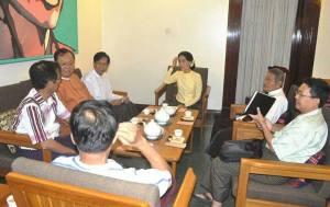 UNA အဖွဲ့ဝင်များနှင့်ဒေါ်အောင်ဆန်းစုကြည်တို့ အလွတ်သဘောဆွေးနွေးနေစဉ်(internet)