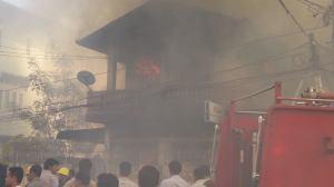 ပြည်နယ်ဆက်သွယ်ရေးရုံးဘေရှိ မနီလာ ဓါတ်ဆီဆိုင် မီးလောင်နေမှု ( ဓါတ်ပုံ မော်လမြိုင် FB)