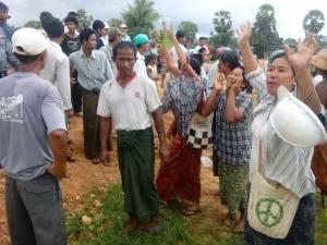 n-လယ်သမားများကန့်ကွက်နေစဉ်(Tuntun Win Facebook)