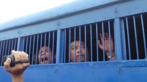 လယ်သမားများအား အချုပ်ကားပေါ်မြင်တွေ့ရပုံ(Tuntunwin Facebook)