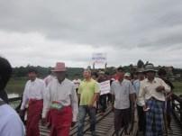 မွန်သစ်သားတံတားပေါ် ဆန္ဒပြနေစဉ်(IMNA)