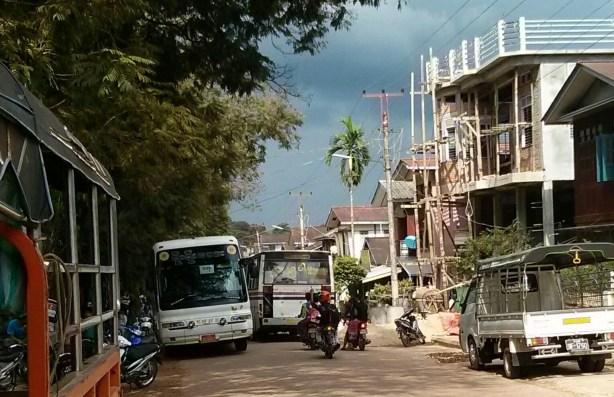 ရေးမြို့ပေါ်တွင် ယာဉ်ကြောပိတ်နေပုံ(AK)