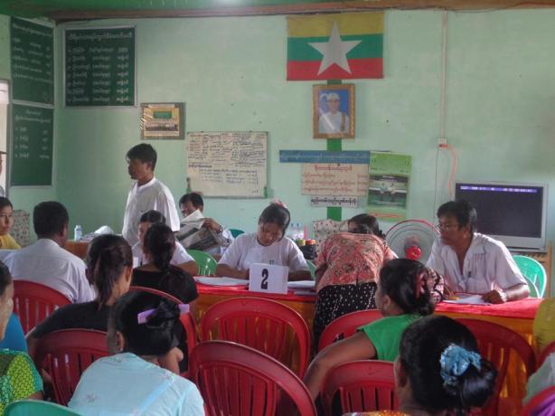မော်လမြိုင်မြို့နယ်ရှိ ရပ်ကွက်တစ်ခုမှ မွေးစာရင်း ပြုလုပ်ပေးနေစဉ်(IMNA)