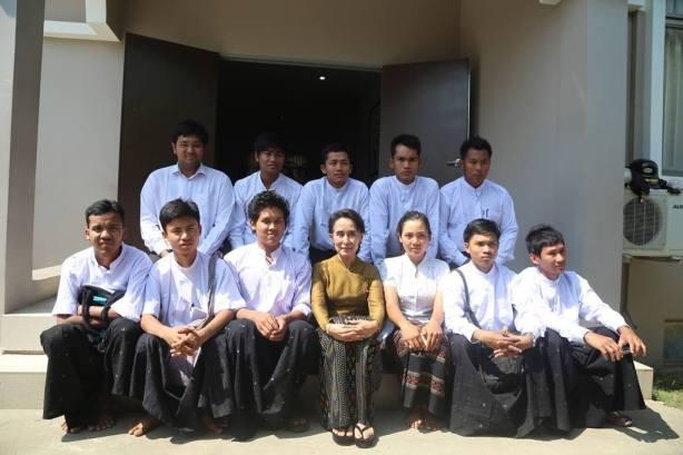 ကျောင်းသားခေါင်းဆောင်များ ဒေါ်အောင်ဆန်းစုကြည်နဲ့ သွားရောက်တွေ့ဆုံစဉ်