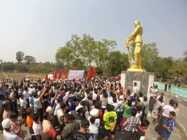 မွန်ပြည်နယ်နှင့် ထားဝယ် သပိတ်မှောက်ကျောင်းသားများ ဗိုလ်ချုပ်ရုပ်ထုရှေ့တွင် ဂါရဝပြုစဉ် (အဇ္ဇ Facebook)