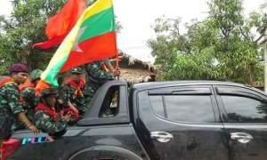အလွန်၊ အဆောင်းဓါးပြအဖွဲ့ကို မော်တော်ကားဖြင့် ကြိုခဲ့စဉ်- (Janu Mon)