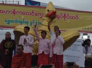 မွန်ဝန်ကြီးချုပ်နှင့် ပြည်နယ်လွှတ်တော်ဒုဥက္ကဌတို့ ဟင်္သာရုပ်တုဖွင့်ပွဲအတူတက်ရောက်စဉ်(Internet)