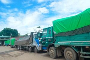 ဈေးကြိုကားဝင်းအတွင်း ကုန်တင်ကားကြီးများ ရပ်နားထားစဉ်(MNA)