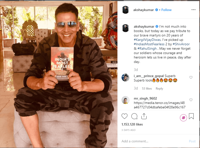 Akshay Kumar with book
