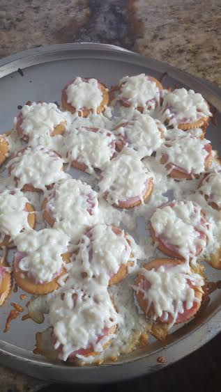 baked pizza crackers
