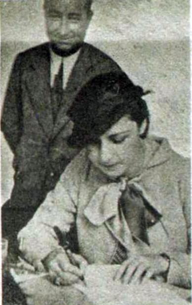 Keriman Hanım Dağ Kulübüne yazılırken fişini dolduruyor. Arkadaki Kulüp Başkanı Saim (Altıok) beydir.