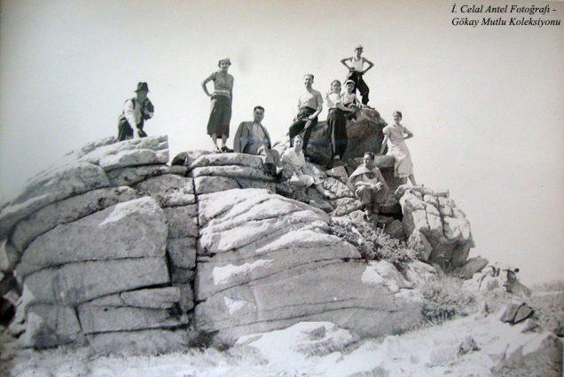 Soldan dördünci Belkıs Antel (Özdoğan), beşinci İhsan Özdoğan, yanında Şahsine Altıok, kucağında ben, önünde Saim Altıok, onun arkasında Leyla Antel (Bakacak 1937)