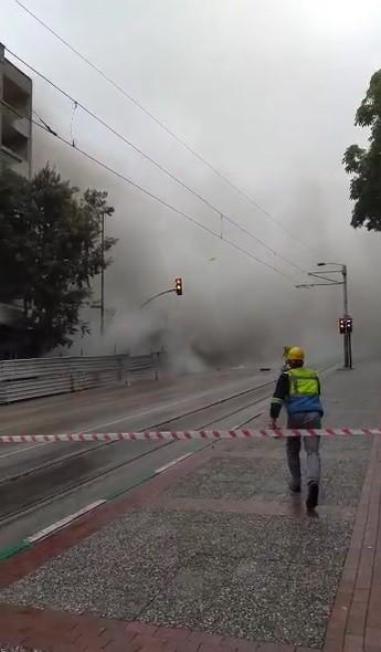 Bursa'da tarihi gölgeleyen 5 katlı bina böyle yıkıldı