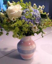 Vase mit pastellfarbenen Bändern