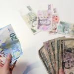 Koruna dnes stagnovala k euru a mírně oslabila k dolaru