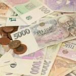 Koruna kvůli inflaci dopoledne oslabila, během dne ztráty smazala