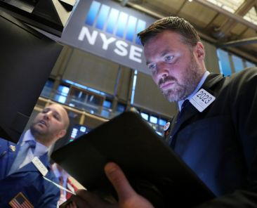 Traders work on the floor at the New York Stock Exchange (NYSE) in New York, U.S., May 29, 2019. REUTERS/Brendan McDermid