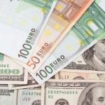 Dolar po příznivých údajích o ekonomice USA mírně posiluje k euru