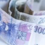 Koruna dnes mírně posilovala k oběma hlavním světovým měnám