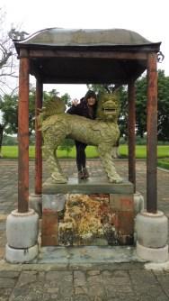 Un animal salvaje y la estatua