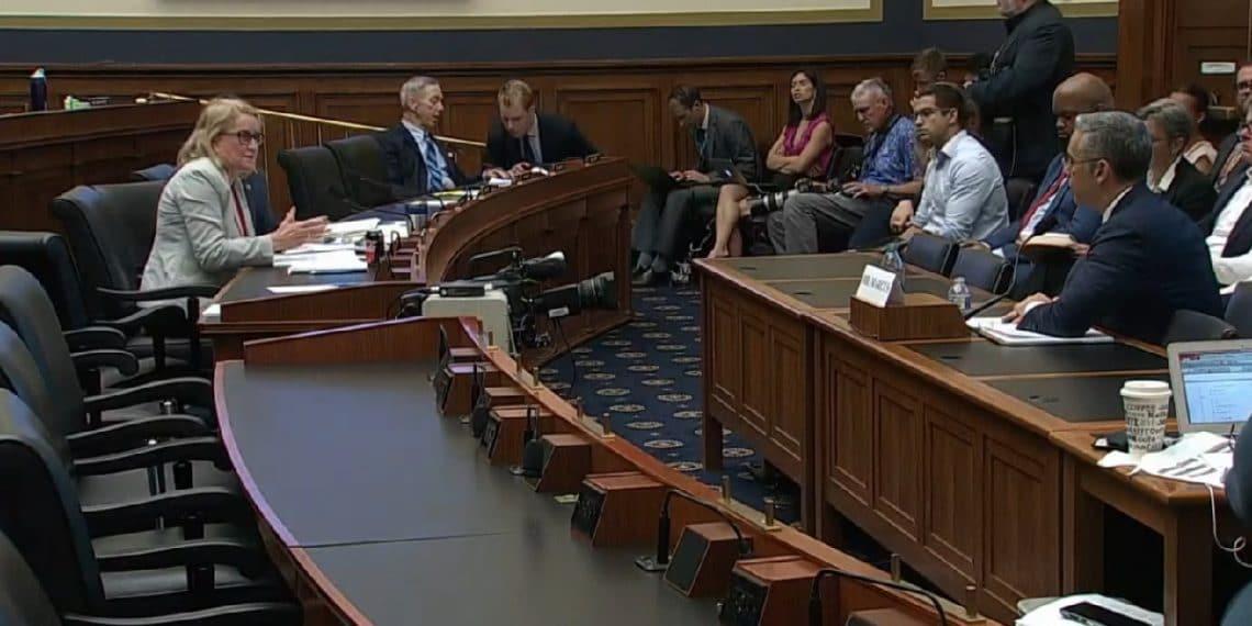En este momento estás viendo Comité de finanzas de EE. UU. fustiga a Facebook por su manejo de la privacidad