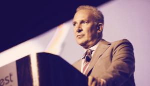 Lee más sobre el artículo Peter Schiff bancarizó a criminales conocidos, reclamaciones de investigación fiscal