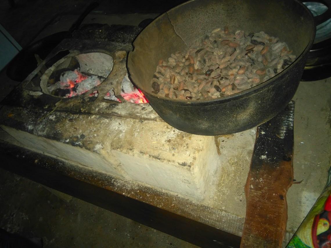 Semillas de cacao tostadas en Rancho Raíces