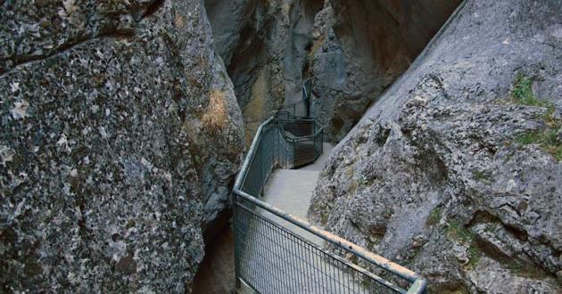 Angosto camino por el Desfiladero de la Yecla