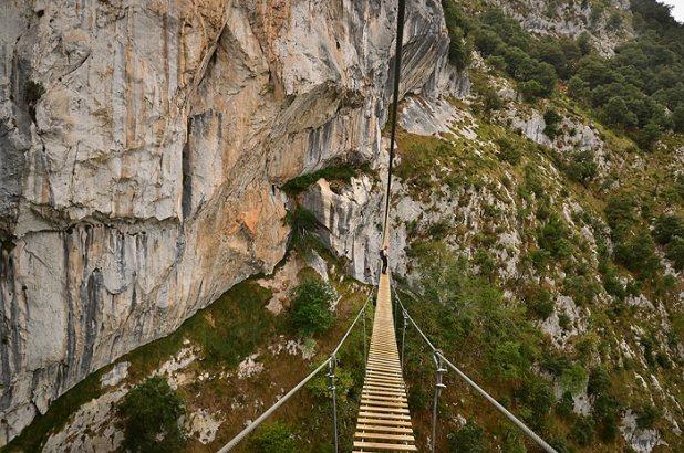 Pasar por el Puente tibetano de la Vía ferrata de la Hermida