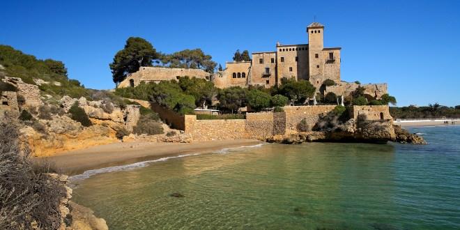 Cala Jovera con castillo de Tamarit
