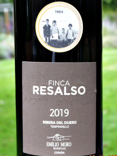 Finca Resalso 2019 from Bodegas Emilio Moro is a terrific value Ribera del Duero red. Rich, black fruit aromas and flavours subtle oak, mellow tannins, smooth and textured.