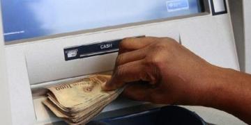 Panic withdrawal creates long queues around banks - Businessday NG