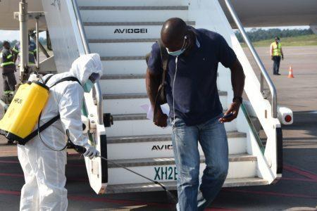 NNN: Treinta y cinco nigerianos llegaron el domingo al aeropuerto internacional Nnamdi Azikiwe de Abuja desde Francia a través del vuelo AF0936 @airfrance. La Agencia de Noticias de Nigeria informa que, de acuerdo con el identificador de Twitter de la Comisión de Nigerianos en la Diáspora (NIDCOM), @NCDCgov, el vuelo aterrizó con otros 32 ciudadanos […]