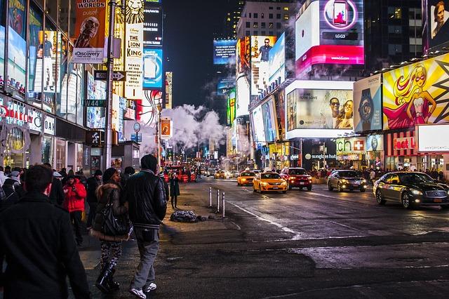 広告にあふれている夜の街