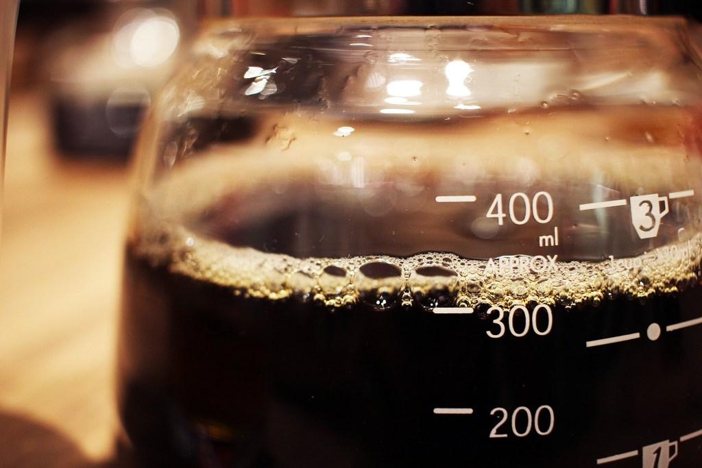 コーヒーサーバーに溜まるコーヒー