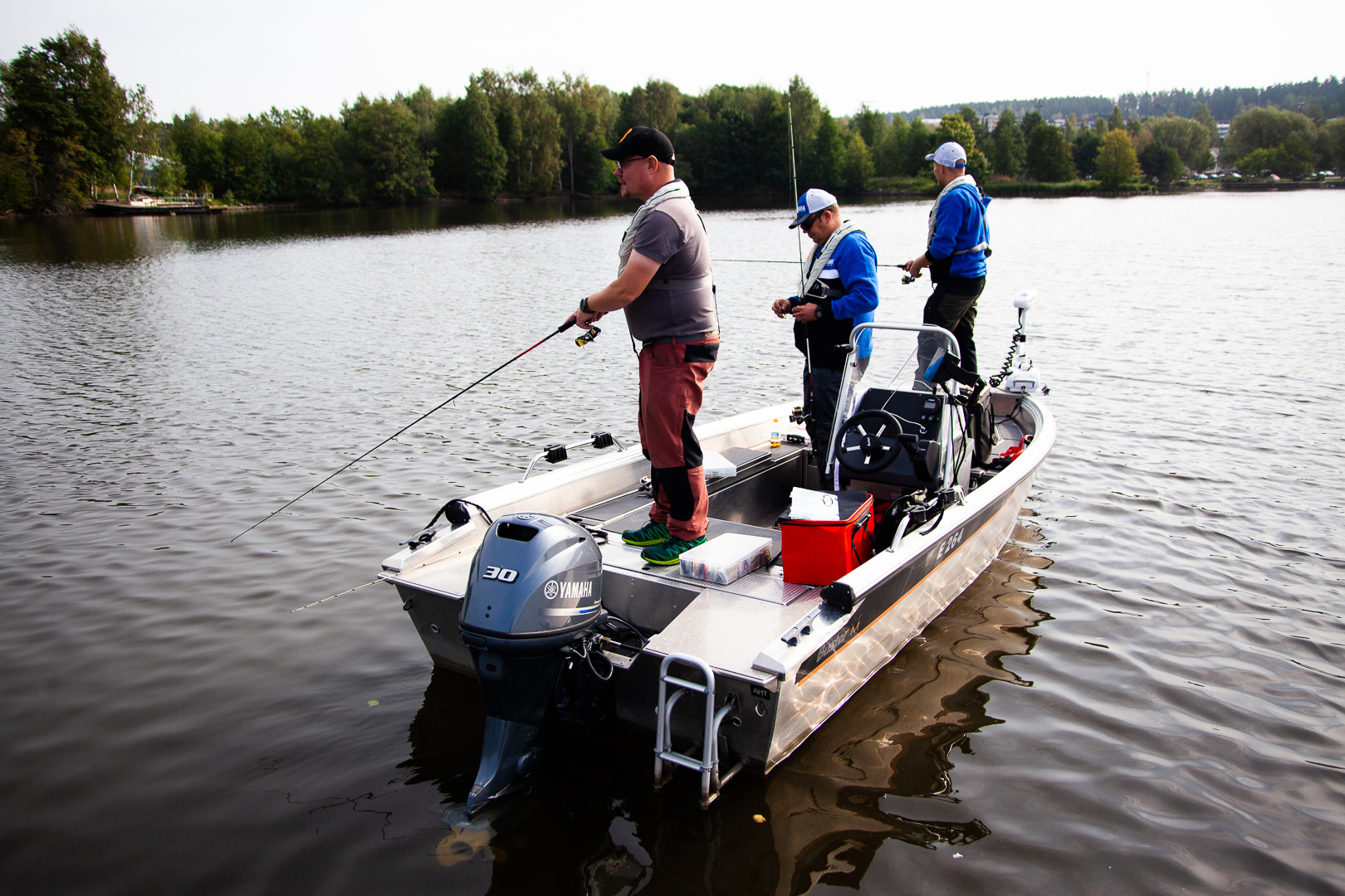 Jani Ollikainen kalastusopas veneessä