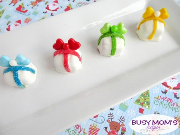 Fun Candy Presents Holiday Snack / Make these candies look like Christmas presents for a fun holiday party treat, family gathering or just because!