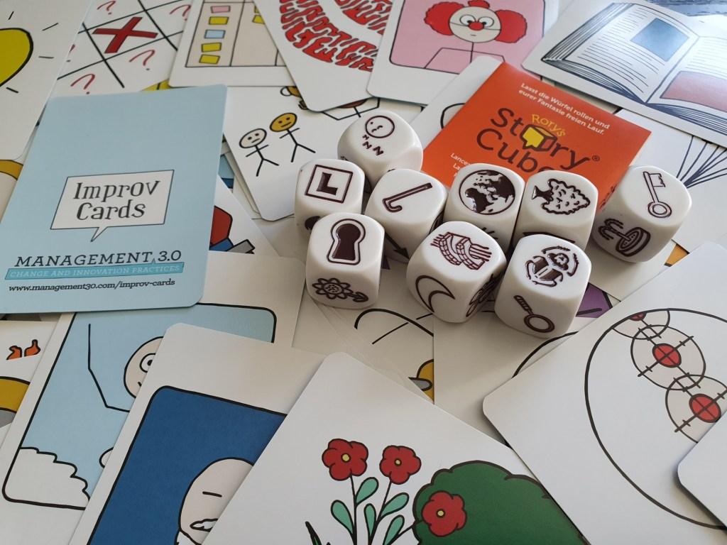 kreatives Warm-Up Spiel mit Improv Cards und Story Cubes