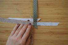Schritt 27: Den nach rechts gebogenen Streifen hochhalten und den unteren Streifen nach oben falten.