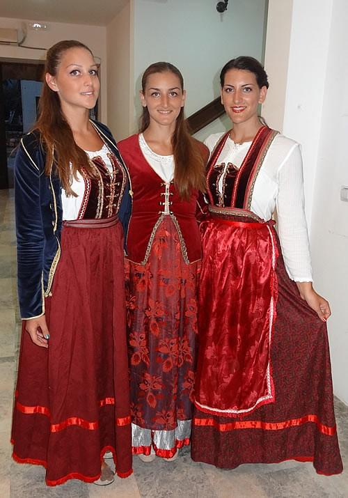 Milica Šoljaga, Marija Šoljaga i Mila Medin u paštrovskoj nošnji