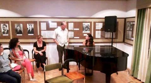 Akad. R. V. Ivanović i Ana M. Zečević pjevaju crnogorsku pjesmu Čobanine lijepa đevojko