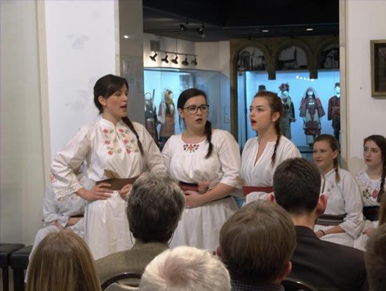9 - Tatjana Kaličanin, Jana Počuča i Magdalena Petrović izvode obrade tradicionalnih primorskih pjesama (aranžman dr Zlate Marjanović)