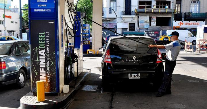 Petroleras y Gobierno acuerdan congelar precios de los combustibles por 2 meses