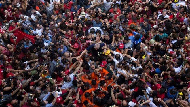 Brasil: la Corte Suprema emitió un fallo contra presiones a Lula da Silva y definirá un pedido para su libertad