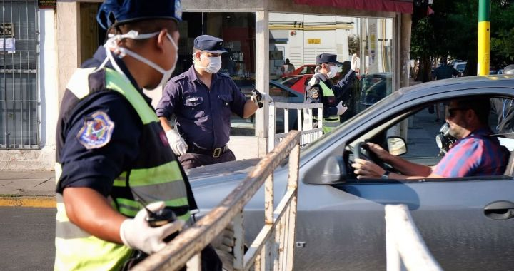 """Funcionario trató de """"negros de mierda"""" a policías en un control y lo echaron"""