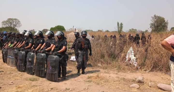 Reprimen a indígenas en Jujuy que resisten la quita de sus tierras