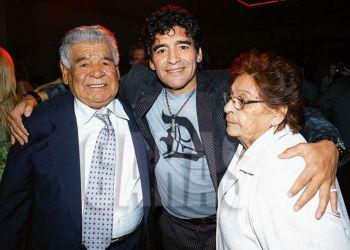 Diego Maradona ya descansa en paz junto a Don Diego y Doña Tota, sus amados padres