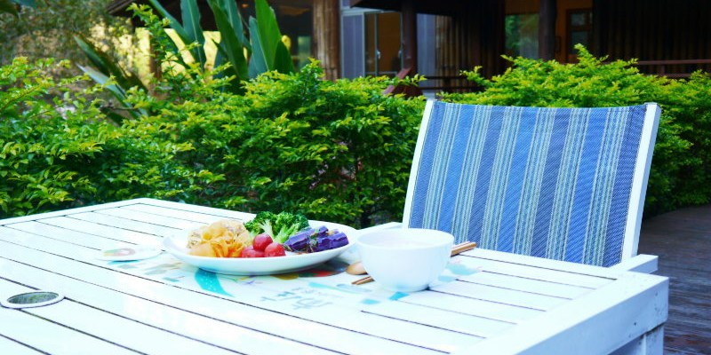 南庄「石壁彩虹民宿」,用自家染織文物營造出彩虹情境,山水餐桌品味在地農產早餐 ~