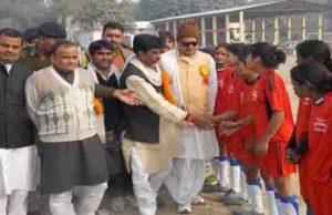 उदघाटन के दौरान खिलाडियों से परिचय प्राप्त करते सदर विधायक